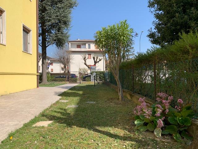 APPARTAMENTO ampio con due camere con comodo giardino condominiale